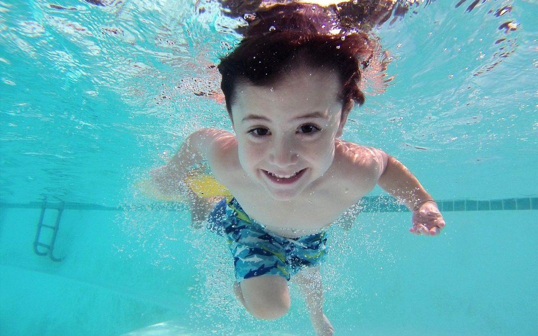 ¿Por qué se ponen los ojos rojos en la piscina? Te sorprenderá saber la auténtica causa